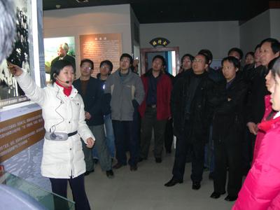 我公司董事长和全体员工参观了辛集公木展览馆